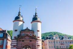 Ragt altes Brücken-Tor Heidelbergs weißer blauer Sunny Day Vacation hoch Lizenzfreie Stockbilder