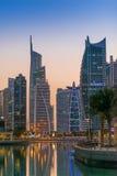 Ragt im Stadtzentrum gelegene Nachtszene Dubais, Jumeirah See hoch Lizenzfreie Stockbilder