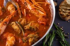 Ragu med räkor i tomatsås Tjänat som i en stekpanna på en grå bakgrund Royaltyfria Bilder
