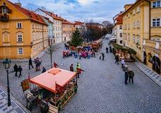RAGUE,捷克- 2015年12月22日:提供纪念品和传统食物的木立场在圣诞节市场期间 库存图片