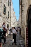 Ragusa, Croazia, giugno 2015 Una prospettiva della strada dei negozi dei city's e della gente su  immagini stock