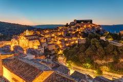 Ragusa Ibla i Sicilien på skymning Arkivbilder
