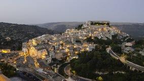 Ragusa Ibla (Sicilien) i aftonen Arkivfoton