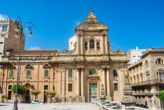 Ragusa Italien - Juni 02, 2010: Den Badia kyrkan i den härliga sicilian barocka staden Royaltyfri Bild