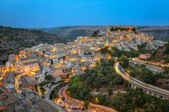 Ragusa, Sicilia como caídas de la oscuridad Fotos de archivo