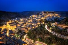 Ragusa Sicilien, Italien som är upplyst på natten Royaltyfria Bilder