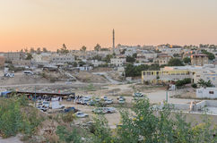 Rahat, (Bier-Sheva) Negev, ISRAEL - 24. Juli, Panoramablick der Stadt von Rahat bei Sonnenuntergang Stockbild