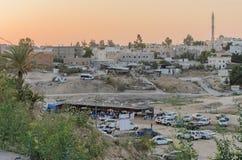 Rahat (öl-Sheva) Negev, ISRAEL - Juli 24, stadens beskådar områden Rahat, bostads- byggnader på solnedgången Fotografering för Bildbyråer