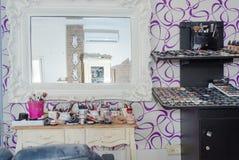 Rahat, Negev, Израиль - салон красоты свадьбы полки с продуктами и зеркалом Стоковое Фото