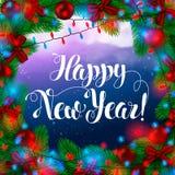 Rahmen-beugt grüne Tannen-Baumaste mit Dekorationen, Girlande und rote Birnen, vor dem hintergrund des Weihnachten Lizenzfreies Stockfoto