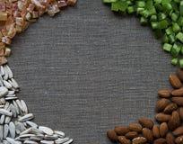 Rahmen der gesunden Ernährung mit Mandelnüssen, Sonnenblumensamen und Trockenfrüchten Stockfoto