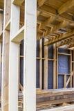 Rahmen der Hausmauer, der Bretter und des Bauholzes, ein Fenster, eine Dampfsperre vom Innere Lizenzfreie Stockfotos