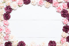 Rahmen der rosaroten und weißen Rosen auf weißem hölzernem Hintergrund mit e Lizenzfreies Stockbild