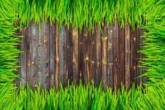 Rahmen des grünen Grases und Braunbretthintergrund Lizenzfreies Stockbild
