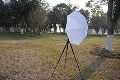 Rahmen des hellen Antiregenschirmes und drei Fußes Stockfoto