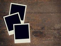 Rahmen-Fotofreier raum mit drei Weinlesen auf altem hölzernem Hintergrund Lizenzfreie Stockbilder