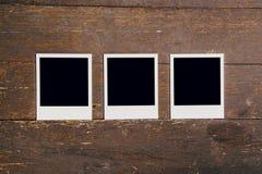 Rahmen-Fotofreier raum mit drei Weinlesen auf altem hölzernem Hintergrund Lizenzfreies Stockfoto