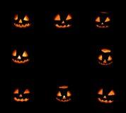 Rahmen mit acht Halloween-Kürbisen auf Schwarzem stockbild