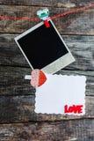 Rahmen und Herz mit einen polaroid Fotos für Valentinstag Stockfotografie