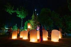 Rai Chaing, Таиланд - 10-ое октября 2015: Фестиваль Loy Krathong в Chiangrai Люди отправляют светлый плавая воздушный шар сделали стоковая фотография rf