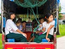 RAI DI CHAING, TAILANDIA - 19 MAGGIO 2017: Studente del Myanmar sui Bu della scuola Immagini Stock
