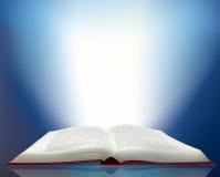 Raia de luz que brilha de um livro imagens de stock