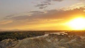 Raia do por do sol sobre o rio meandering fotos de stock