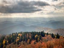 Raias da luz solar do outono em montanhas de Ridge azul Imagem de Stock Royalty Free