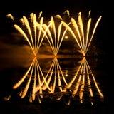 Raias de fogos-de-artifício dourados Imagens de Stock