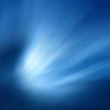 Raias de luz em um fundo azul Fotografia de Stock Royalty Free