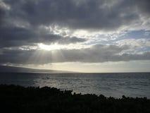Raias de Sun através das nuvens imagem de stock royalty free