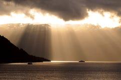 Raias de Sun através das nuvens Imagens de Stock Royalty Free