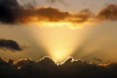 Raias de Sun e nuvens escuras Imagem de Stock Royalty Free
