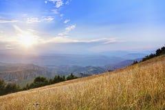 Raias de Sun nas montanhas foto de stock