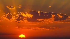 Raias de Sun no por do sol Imagens de Stock Royalty Free