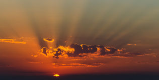 Raias de Sun no por do sol Fotografia de Stock