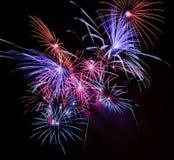 Raias do fogo-de-artifício na noite Imagens de Stock