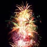 Raias do fogo-de-artifício no céu nocturno, celebração Imagens de Stock Royalty Free
