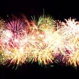 Raias do fogo-de-artifício no céu nocturno, celebração Foto de Stock Royalty Free
