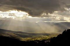 Raias do sol no vale Fotografia de Stock Royalty Free