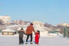 Raie heureux de famille pendant l'hiver Image libre de droits