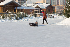 Raie heureux de famille pendant l'hiver Image stock