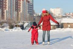 Raie heureux de famille pendant l'hiver Photos stock