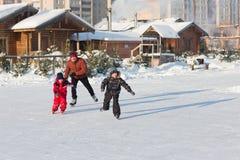 Raie heureux de famille pendant l'hiver Images libres de droits