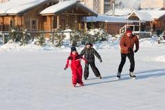 Raie heureux de famille pendant l'hiver Photo stock