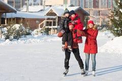Raie heureux de famille pendant l'hiver Photographie stock libre de droits