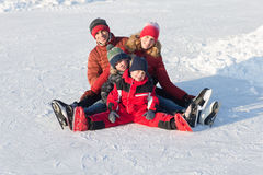 Raie heureux de famille pendant l'hiver Photographie stock