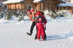 Raie heureux de famille pendant l'hiver Images stock