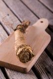 Raifort simple sur couper le verrat et la table en bois photographie stock