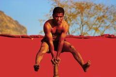 RAIGAD, MAHARASHTRA, INDIA, gennaio 2016, uomo esegue la ginnastica Mallakhamb del palo al festival del raigad Immagini Stock